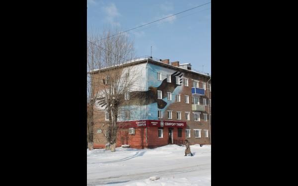 На некоторых домах рисунки расположены в двух плоскостях.