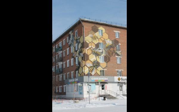 Дом, где располагается офис сотового оператора «Билайн», украшен пчелами, в желто-черные цвета компании.