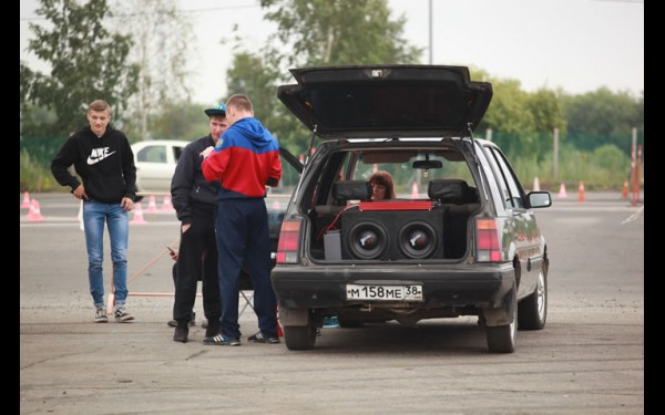 В соревнованиях смогли принять участие и начинающие, и опытные любители автозвука.