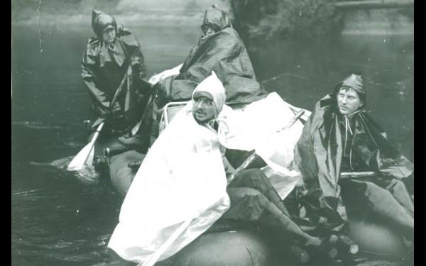 Каждая экспедиция проходила в тяжелейших условиях. Поисковики часто рассуждали, что лучше бесконечный дождь или полчище таежных кровопийц-комаров.
