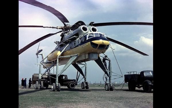 Уникальный летающий кран Ми-10 мог поднять на внешней подвеске до восьми тонн груза