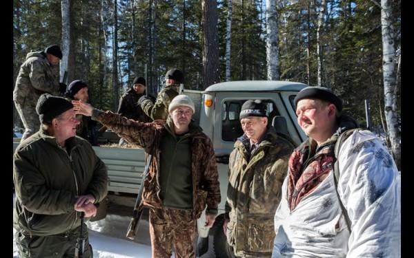 На загоны собираются мужики из нескольких деревень; Сергей Кекух — крайний слева