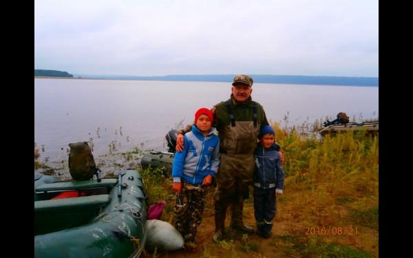 «С детских лет рыбалка и охота — это мое хобби, и сейчас я приучаю к нему своих внуков».