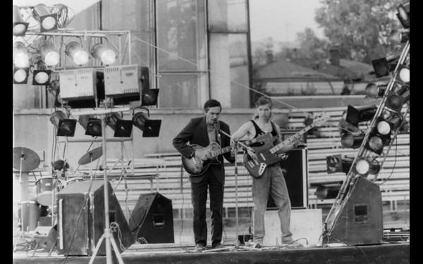 Перед Цоем выступали Вадик Мазитов и «Принцип неопределенности» —  наши, местные рок-звезды.