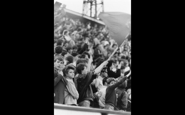 Два дня — 27 и 28 мая 1990 года на стадионе «Труд» был аншлаг. Люди приносили флаги, жгли свечи и дружно пели «Кино».
