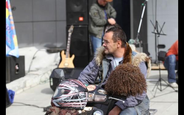 Этот байкер приехал из Усолья-Сибирского на мопеде, чтобы со всеми закрыть мотосезон.