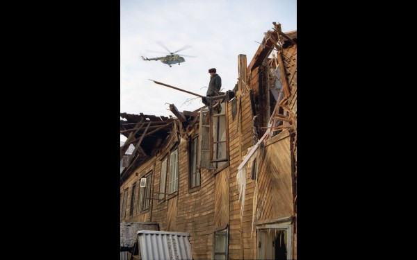 Завалившись, «Руслан» крылом снёс крышу двухэтажного дома