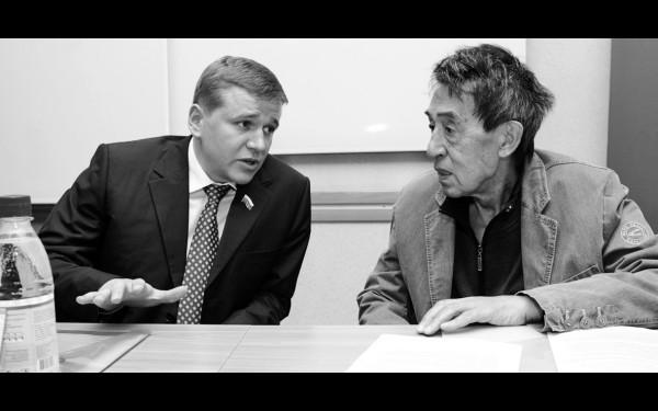 «Я с почтением отношусь к опыту и мудрости многих моих учителей и наставников». С экс-губернатором Иркутской области Юрием Ножиковым.