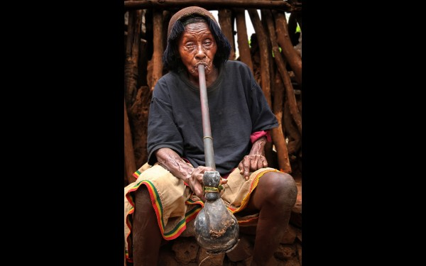 Женщина народности консо. Фото сделано в деревне Гесергио (Эфиопия)