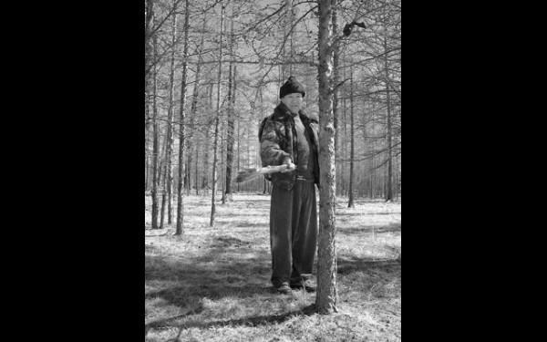 Шаман Муурхе был глуховат, поэтому наш проводник Жаргал, оставив дары, бьет по дереву специальной колотушкой