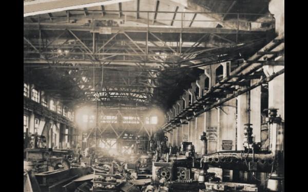 В начале войны механосборочный цех изготавливал детали для других цехов и выполнял случайные заказы