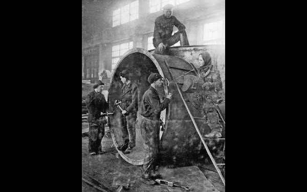 В одном из цехов Иркутского завода тяжёлого машиностроения имени В.В.Куйбышева. Архивный фотоснимок