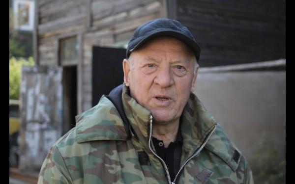 Василий Верхозин — самый старший житель близлежащих к мебельному центру деревянных домов. Пожарные спасли их от возгорания.