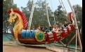 Качели в парке культуры и отдыха - популярны у детей.