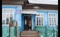 Так выглядела больница  в Алыгджере до паводка.  26 июня, когда начала подниматься вода в Уде, сюда стали приходить местные жители, чтобы переждать наводнение. На следующий день начало топить палаты, вода шла черезокна. Врач Марина Балганова, приехавшая, чтобы провести ежегодный медосмотр, организовала эвакуацию людей: мужчины разобрали печную трубу, поставили напечь лестницу, потому что потолки в больнице высокие, и всех начали вытаскивать накрышу через маленький проём.