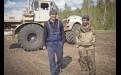 Овес сеет Алексей Варенов (слева), помогает ему Олег Пославский. Комплекс позволяет работать без вспашки, так влага лучше сохраняется в почве. В день успевает пройти 40 га.