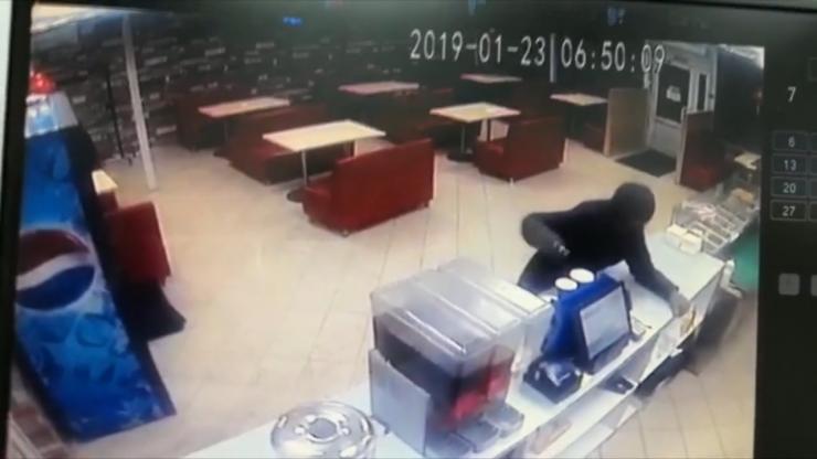 Все, что происходило в кафе на остановке «Баргузин» в Иркутске, зафиксировали камеры видеонаблюдения. Неизвестные подошли к стойке, за которой находился кассир, и потребовали отдать им выручку. Но работник кафе не испугался угроз, и отморозкам пришлось покинуть место преступления ни с чем