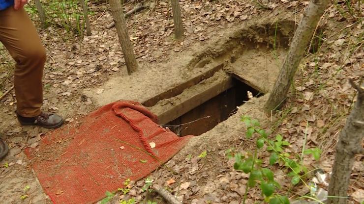 Вот так выглядел вход в подземный тоннель, по которому хотели незаконно качать нефть из магистрального трубопровода. Входов под землю было два — основной и дополнительный. Землекопы работали практически в круглосуточном режиме. Обедали тоже под землей — полицейские нашли в тоннеле пластиковые стаканы и продукты