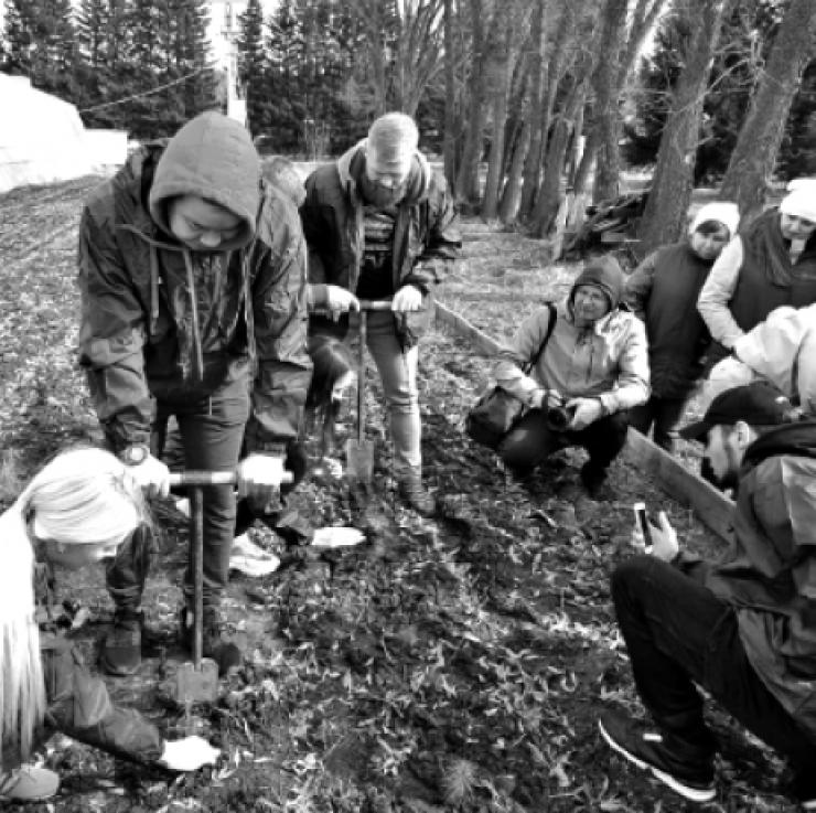 Молодежь из отряда «Добровольцы лесов Сибири» на акции в Мегетском лесопитомнике. Отряд был создан министерством лесного комплекса Иркутской области совместно с экологической ассоциацией «Байкальское содружество» в рамках проекта «Сохранение лесов Сибири». В задачу добровольцев входят инструктаж на масштабных посадках леса, помощь по закладыванию, уходу, наблюдению за питомниками сибирского кедра, разъяснительная работа с населением по бережному отношению к природным ресурсам, проведение часов экологии в школах и других детских образовательных учреждениях.