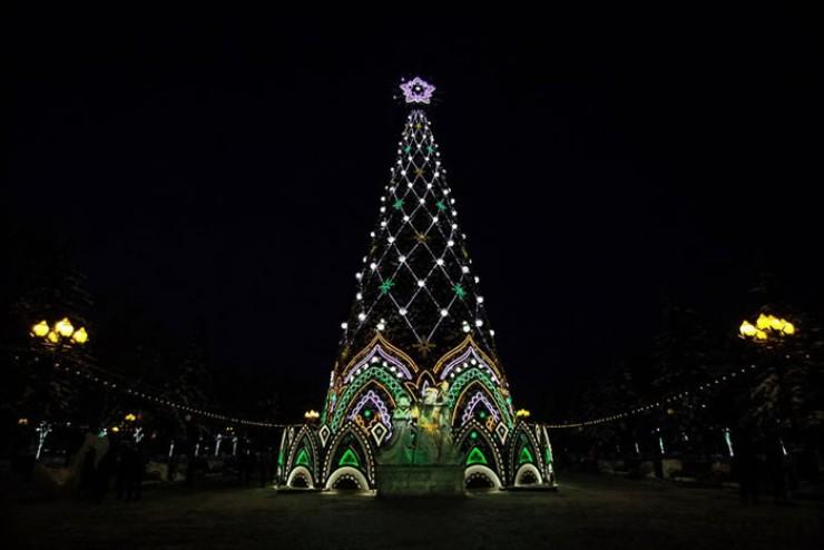 Если вы все еще не побывали в сквере Кирова, посмотрите: так выглядит главная елка города в этом году. Ее высота 27,5 метра. У основания — ледовые фигуры Снегурочки и Дела Мороза
