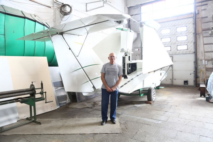 Владимир Седых на фоне экраноплана, который скоро будет преобразован в катер на гидролыже с аэродинамической  разгрузкой.