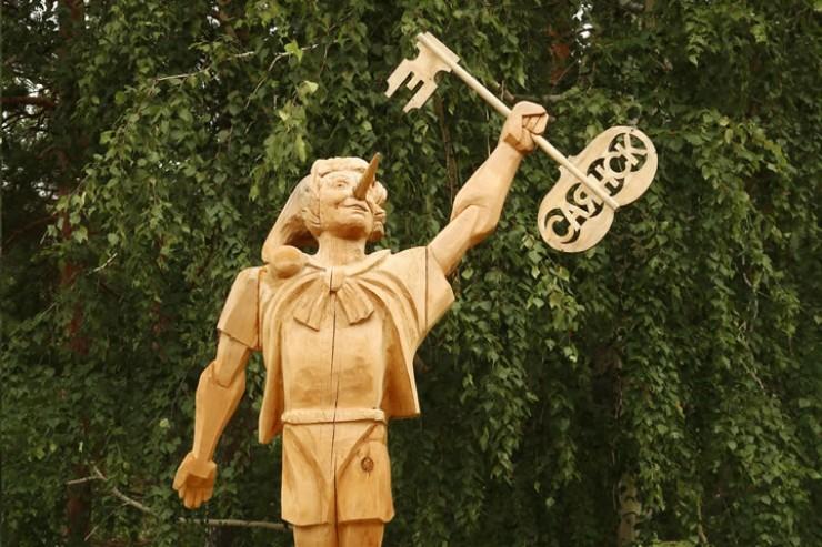 Ключик у деревянного Буратино воровали три раза.