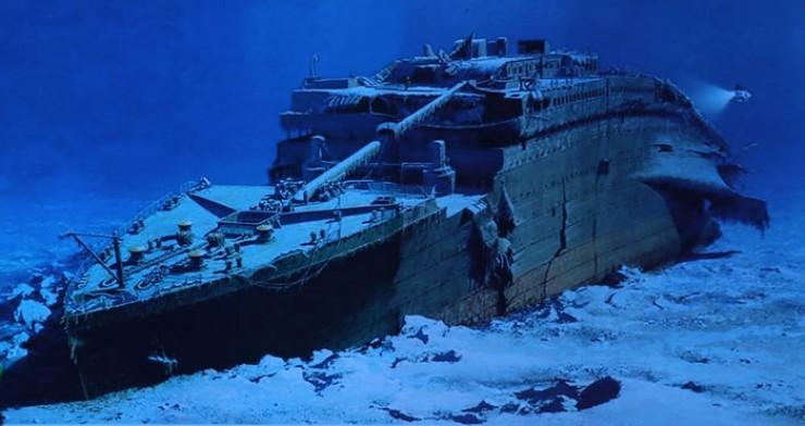 Глубоководный аппарат «Мир-2» исследует «Титаник», затонувший в северной Атлантике в 1912 году.