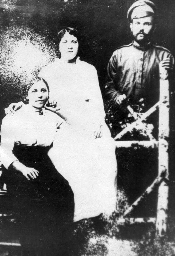 Иван Постоловский с сестрами-революционерками Ксенией и Татьяной.