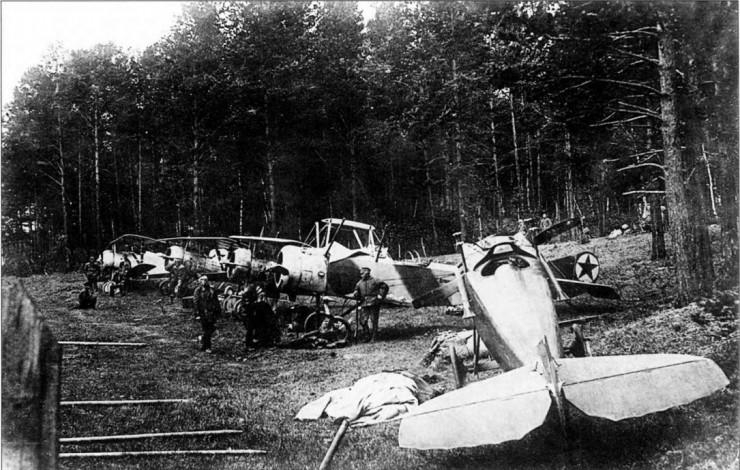 Самолеты 3-го разведотряда 5-й армии Восточного фронта на аэродроме под Иркутском у ст. Иннокентьевской. Июнь 1920 года.