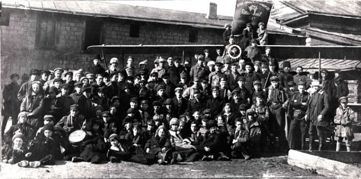 1925 год. Иркутские пионеры и комсомольцы на фоне самолёта Р-1. 16-летний Миша Миль стоит на самолёте. Фото публикуется впервые