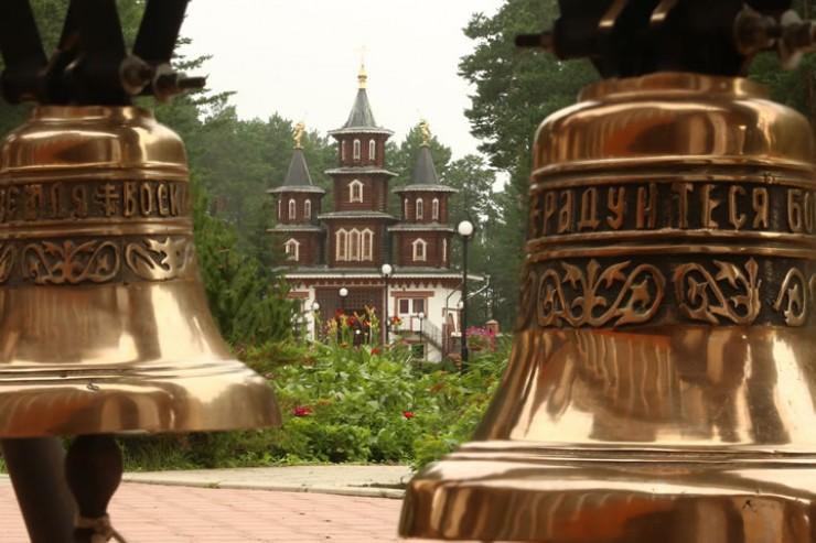Колокола и надвратные башни установлены при входе на территорию Благовещенского собора.