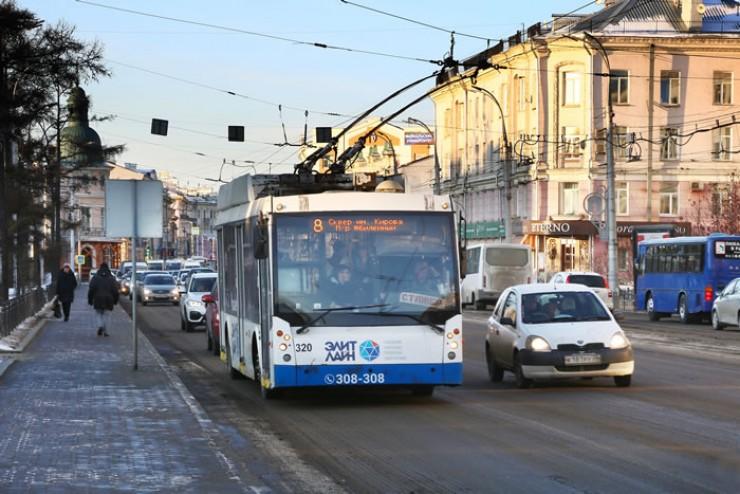 Троллейбус на улице Ленина в Иркутске.