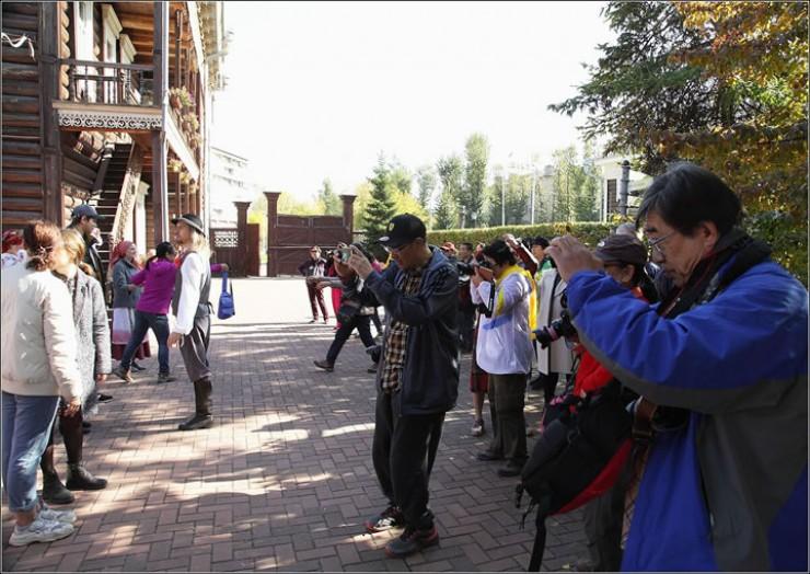 На празднике народного творчества осенью прошлого года во дворе Дома Европы в Иркутске самыми благодарными зрителями, как это ни удивительно, оказались китайские туристы