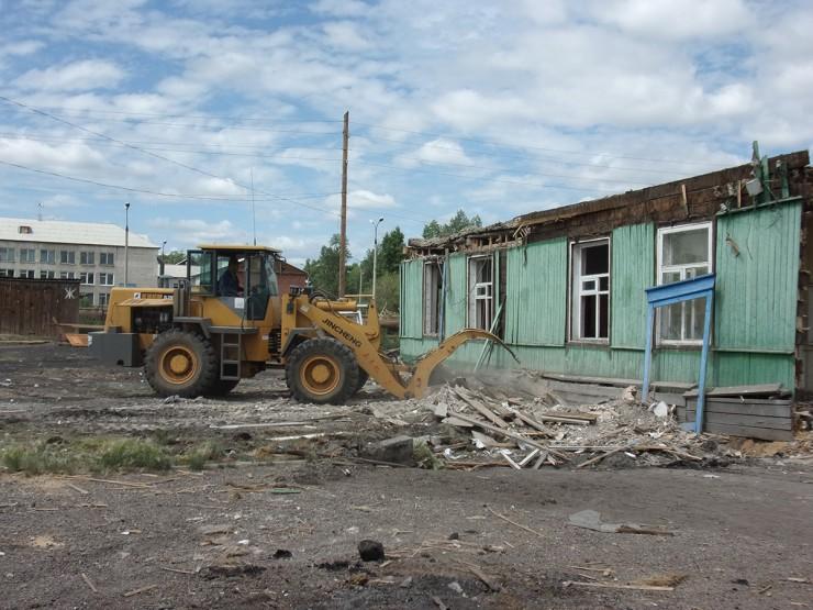 В Усть-Ордынском снесли автовокзал. На демонтаж второго этажа было затрачено пятнадцать дней,с первым этажом управились в течение недели