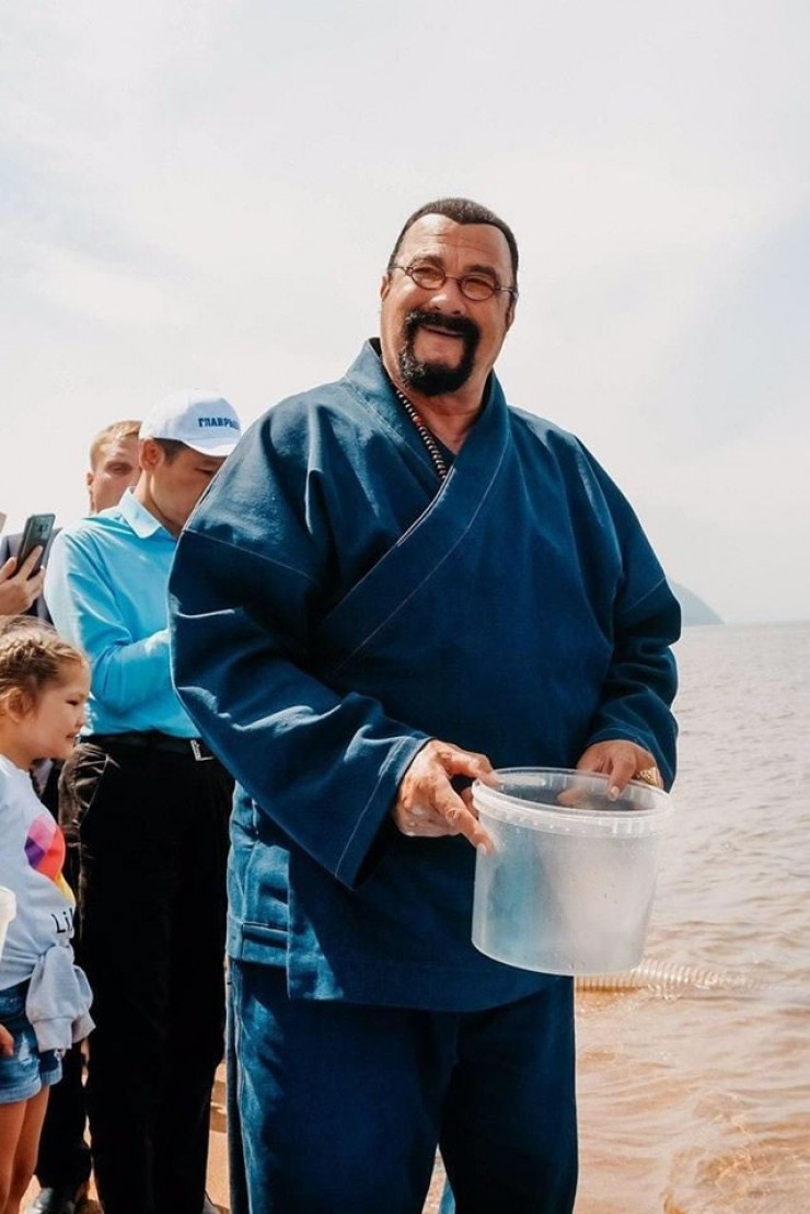 Выпуск молоди омуля состоялся в субботу, 25 июля. Вместе со специалистами Байкальского филиала Главрыбвода Стивен Сигал отправил в воду у села Гремячинск более двух тысяч штук подращенных мальков. Как отметил голливудский актер, для него это важное мероприятие, ведь он буддист, а в буддизме выпуск рыбы является одним из главных благодеяний.