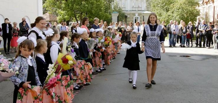В Иркутске в торжественных линейках приняли участие почти десять тысяч первоклассников и более четырех тысяч одиннадцатиклассников. Для остальных школьников прошли классные часы. В других школах региона применялся тот же регламент.