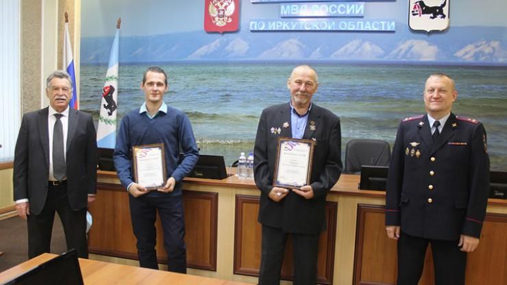 63-летнему бывшему участковому Евгению Шубину и его сыну Константину вручены ранее объявленное полицией денежное вознаграждение и благодарственные письма.