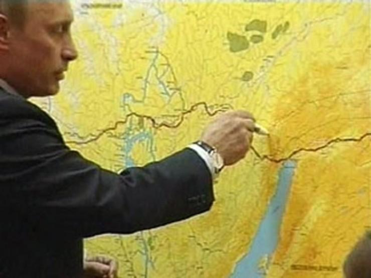 В 2006 году Владимир Путин собственноручно изменил маршрут планируемого нефтепровода: взял в руки фломастер и изогнул на карте трубу, которая первоначально должна была пройти менее чем в километре от заповедного озера Байкал. Президент увел трубу на 40 км в сторону.