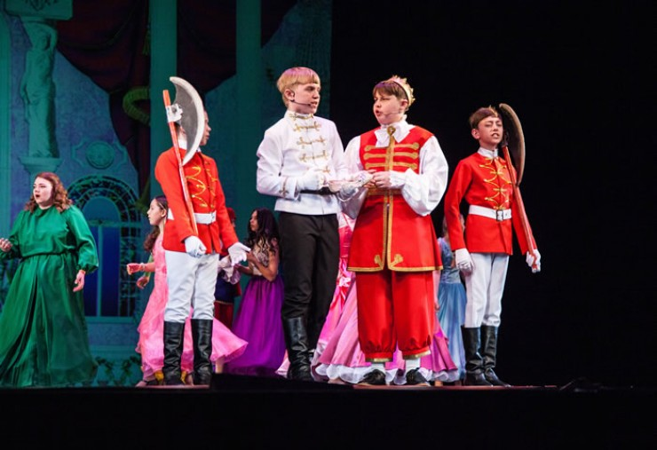 На первом областном фестивале «Театральное Приангарье», объединившем в областной столице как профессиональные, так и любительские коллективы, успешно выступили и взрослые, и юные актеры.