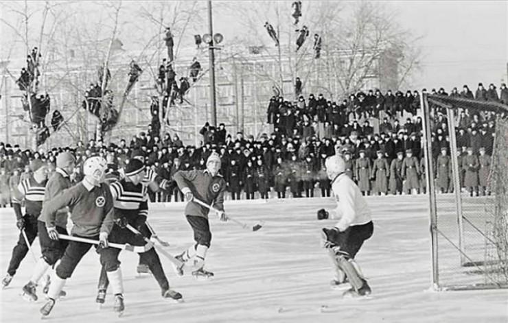 «Папа повел меня в Иркутске на игру в 1960 году. Тогда наш «Локомотив» впервые вошел в класс А. Хорошо помню морозы, трибуну, валенки. Детские воспоминания — самые крепкие». На фото — один из матчей того периода.