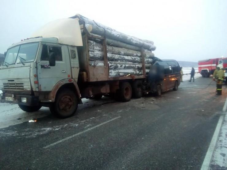 На фото с места аварии — микроавтобус Toyota Hiace, врезавшийся рано утром 31 января в стоявший на дороге лесовоз. Этой маршруткой пользовались многие жители Осинского района. Свой путь водитель начинал в поселке Приморск, затем заезжал запассажирами в Бильчир и Осу. В то утро в Иркутск направлялись 9 человек. Известно, что водитель микроавтобуса работал нелегально