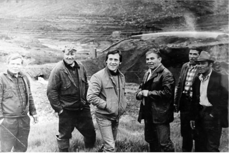 Владимир Высоцкий и Вадим Туманов (стоят в центре) на одном из приисковых участков. 1976 год.
