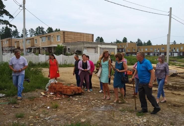 Присмотреться к квартирам, прицениться к домам в Иркутск из Тулуна приехали десять человек. Для каждого из них решение жилищного вопроса — это задача номер один.