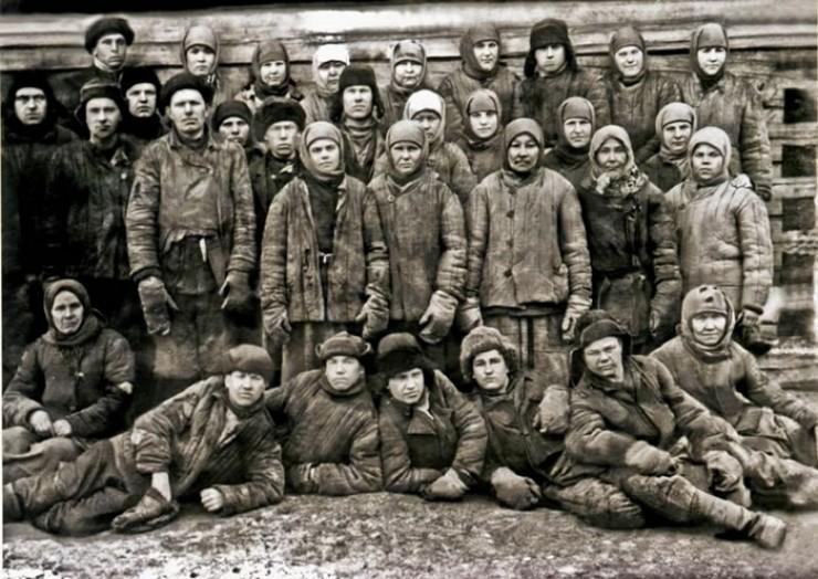Ссыльные строители-спецпереселенцы. СибЛОН, начало 30-х. Возможно, именно кто-то из них и оставил под штукатуркой в здании КПП матерные четверостишия про Сталина.
