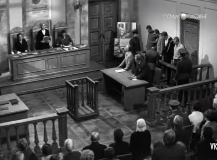Кадр из советского фильма «Обвиняется в убийстве», 1969 год. Удивительно — оказывается, в то время наши суды больше походили на американские, чем сейчас. Никаких решеток. Подсудимые сидят за барьером, рядом конвоир. Все чинно и культурно