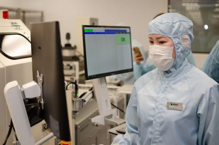 Сотрудница нового завода Евгения Доржиева. У нее уже есть опыт работы на производстве. Почти четыре года Евгения работала на «Фармсинтезе». На заводе ХИЛАРТ ей очень нравится, особенно интересно работать на новом оборудовании