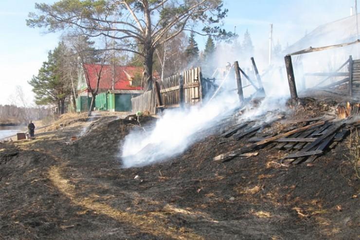 Нередко жертвами лесных пожаров становятся целые населенные пункты. Печальный пример тому — поселок Бубновка, где в апреле 2017 года в результате пожара сгорели 59 из 88 домов, а также школа, детский сад и сельская администрация. Впоследствии поселок был ликвидирован.