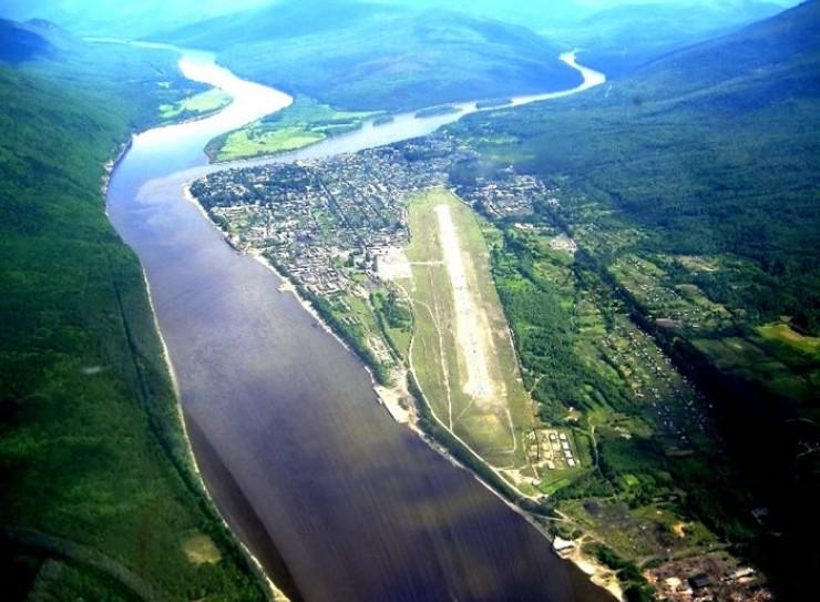 Мама на подлете: справа — поселок и взлетно-посадочная полоса. Здесь сливаются две реки (правее — Мама, левее — Витим), образуя Витим, бегущий к Лене.