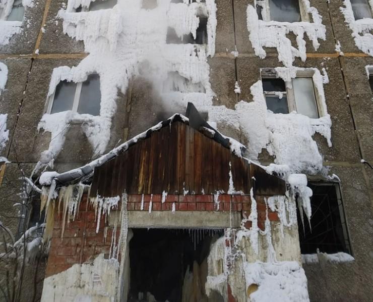 В начале зимы из-за коммунальной аварии здание почти сплошь покрылось слоем льда и изморози. В таком виде общежитие простояло больше месяца.