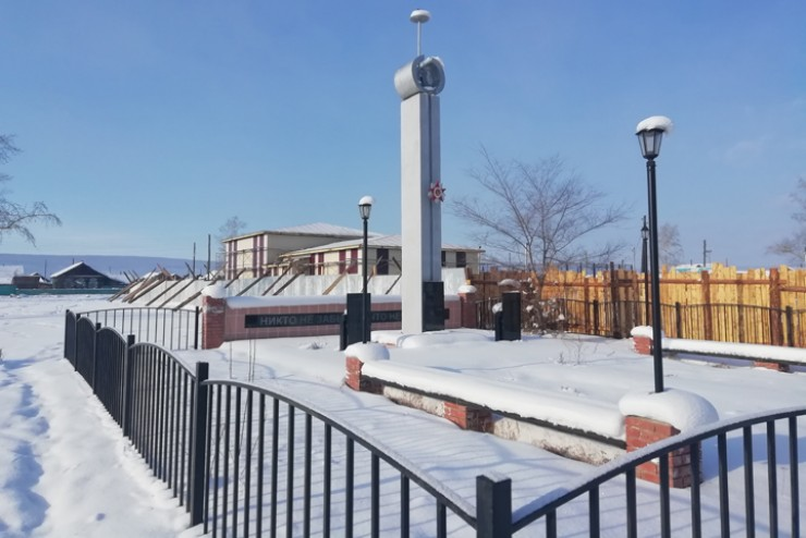 Сразу за памятником воинам ВОВ возвышается новое здание Дома культуры